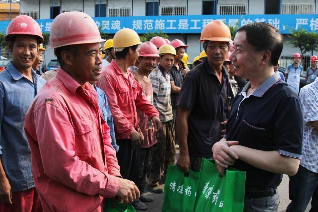 省总工会副主席武晓鹏一行赴自贡为一线职工送清凉