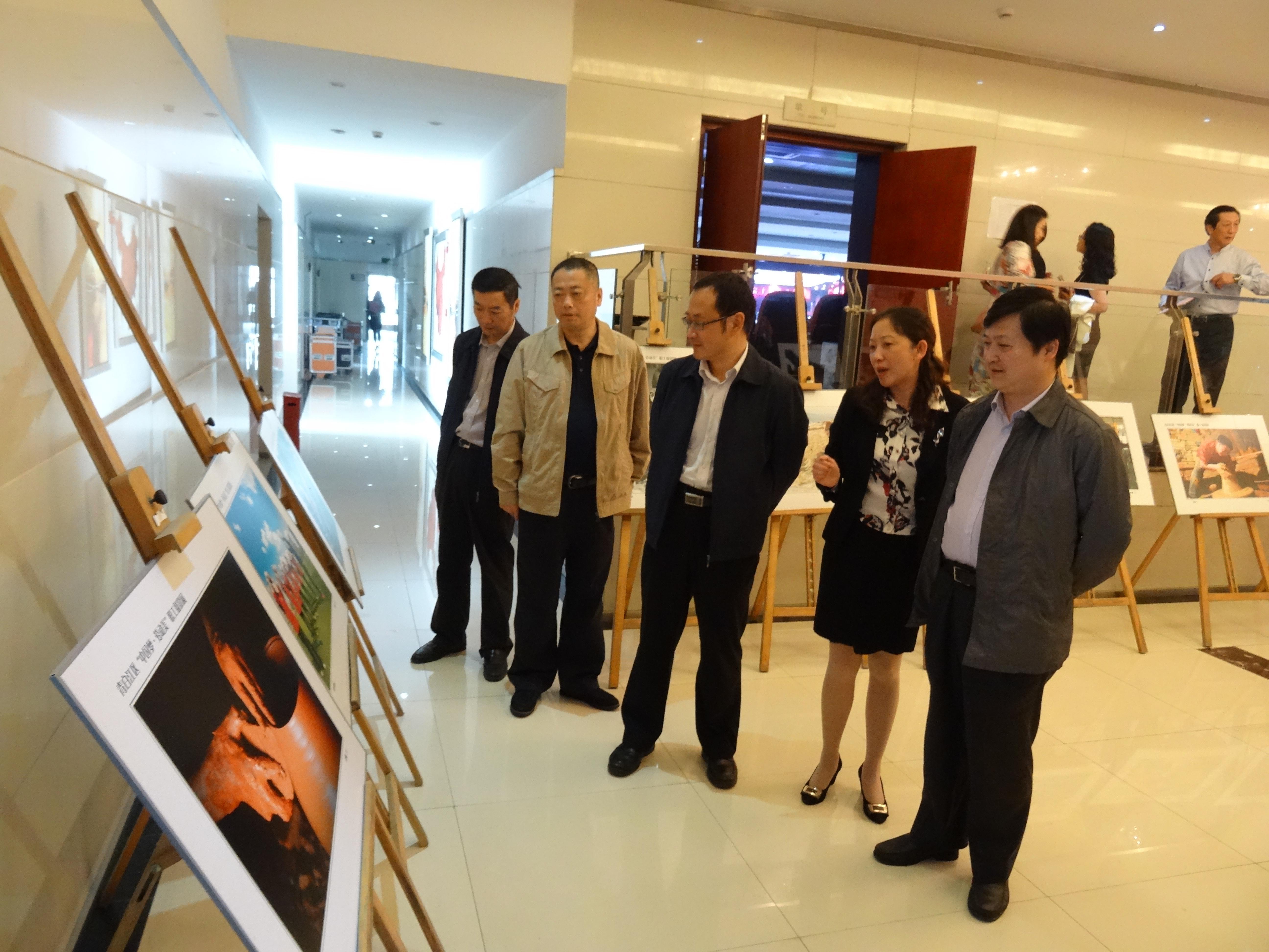 成都市总工会,青白江区相关领导观看影展