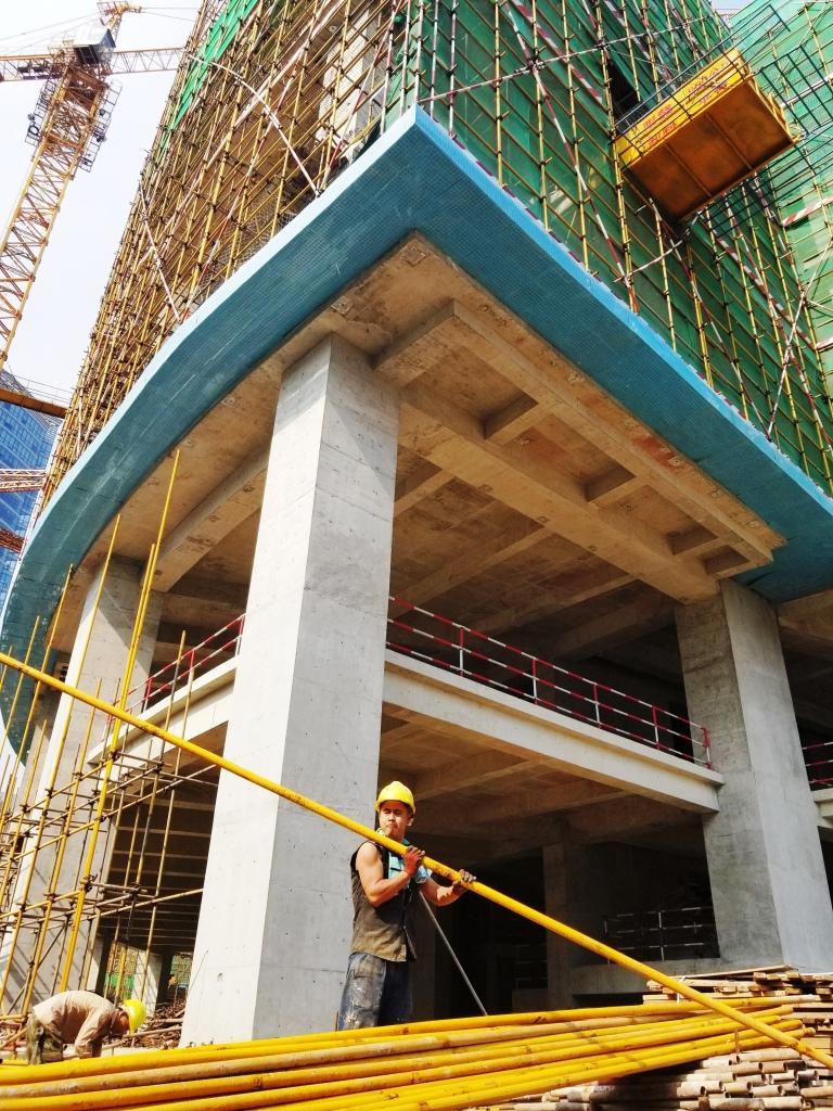 37℃高温下的建筑工人 烈日下筑起高楼大厦!''