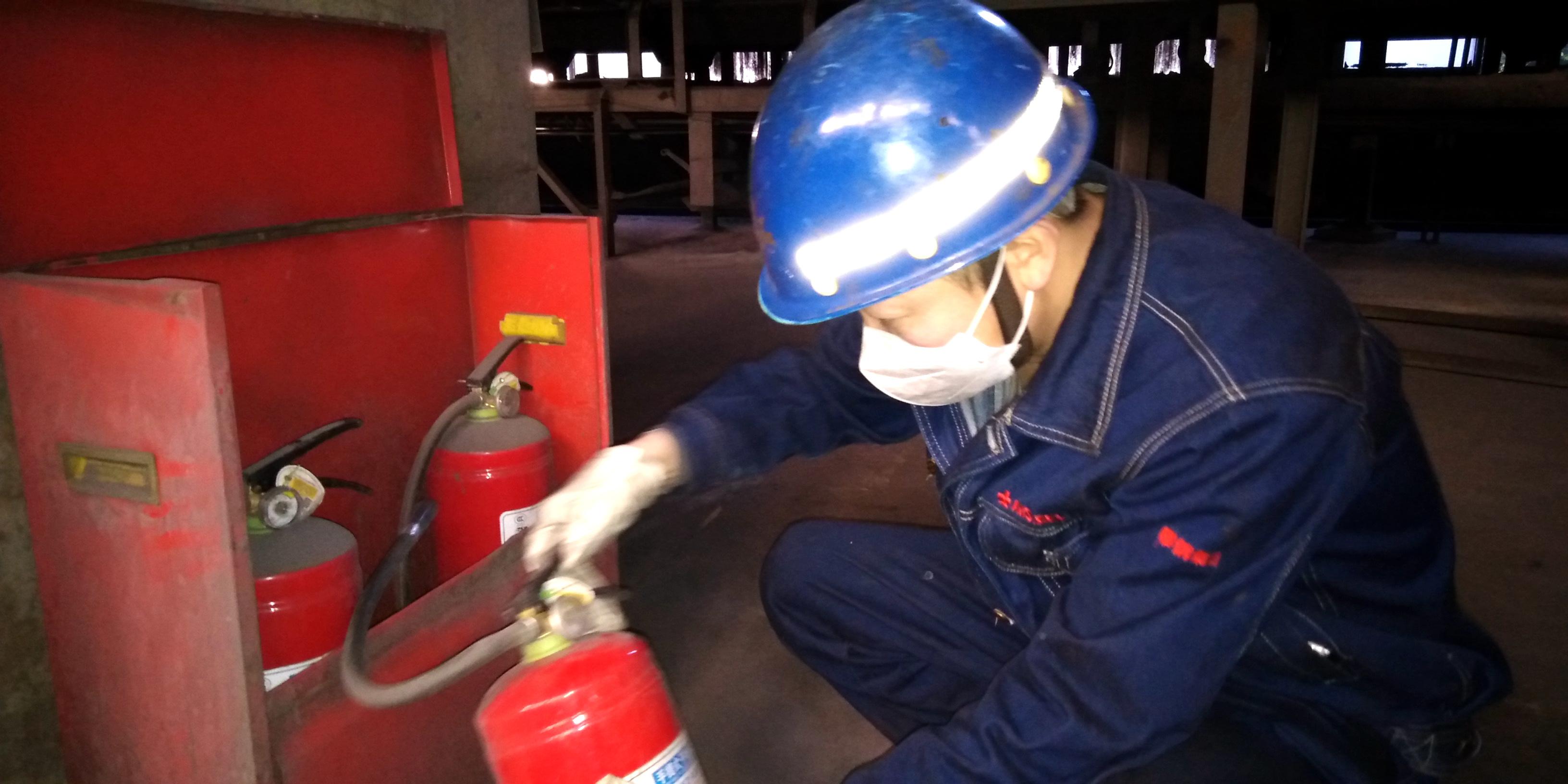 该作业区安全员正在现场检查消防器材,何勇,摄。