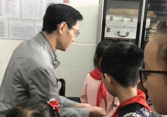 东坡区总工会看望慰问留守儿童