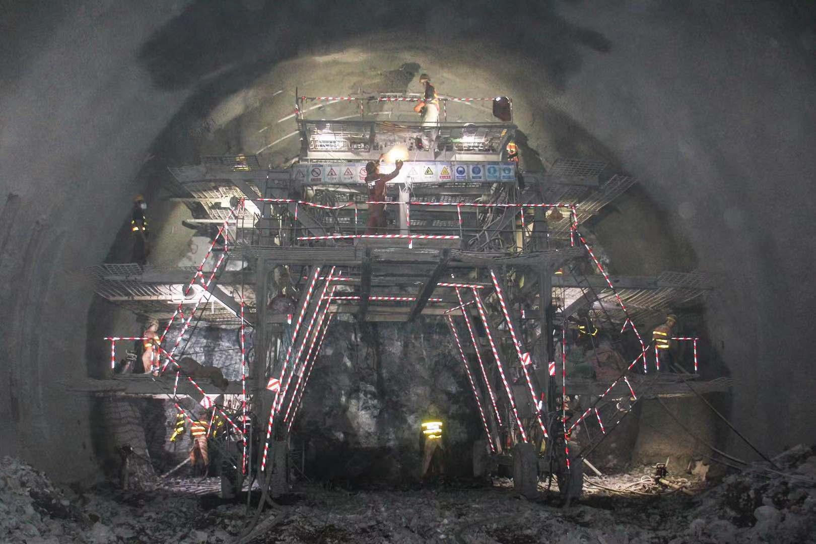 攀大高速宝鼎二号隧道顺利贯通