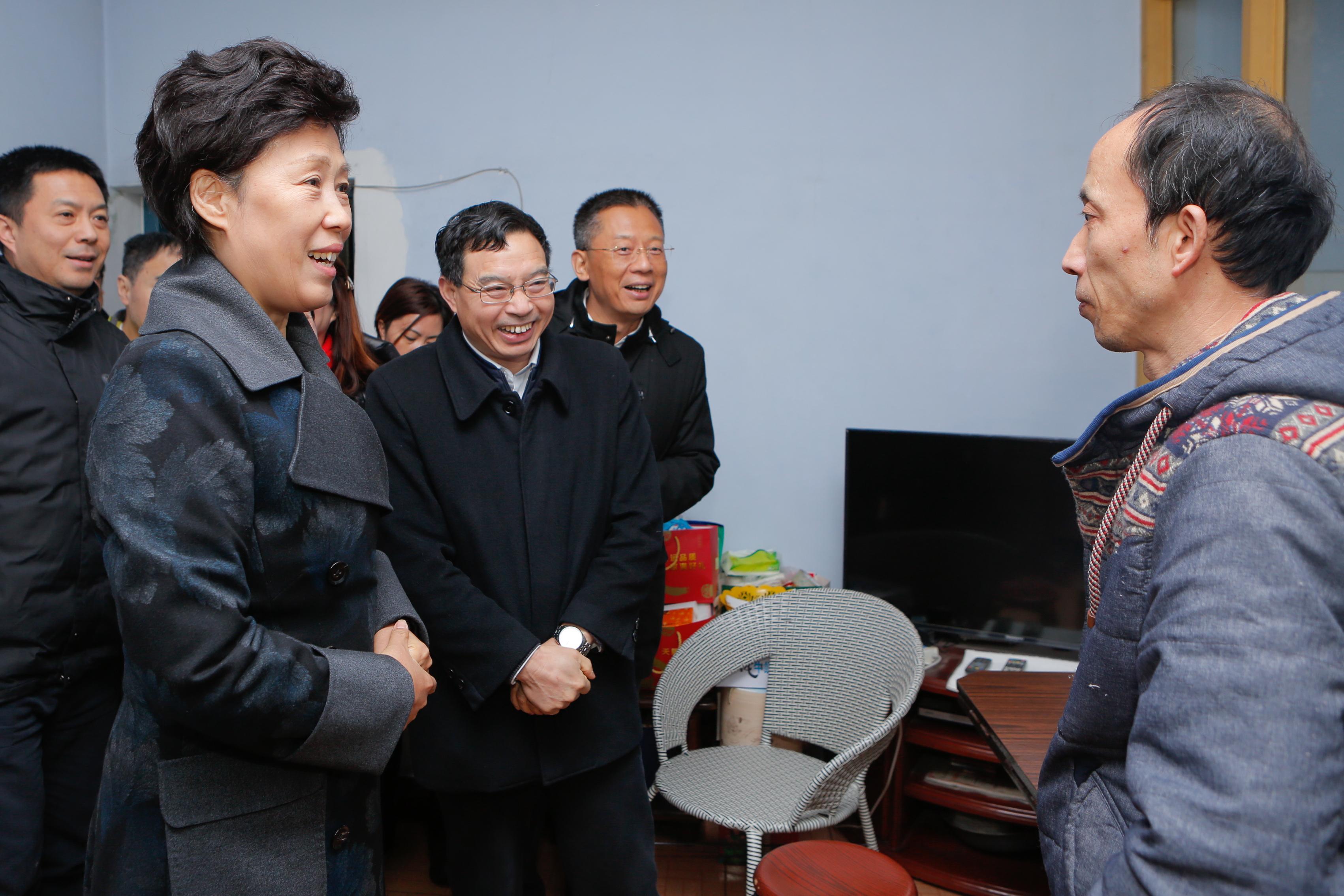 省总工会领导在蓉看望慰问困难职工和劳模!''