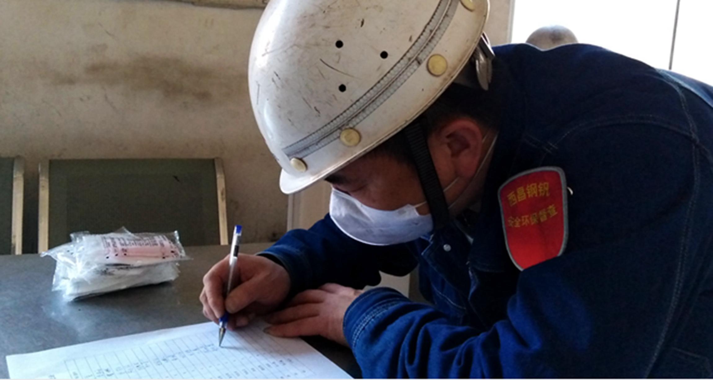 职工正在口罩发放表上签字。何勇,摄。