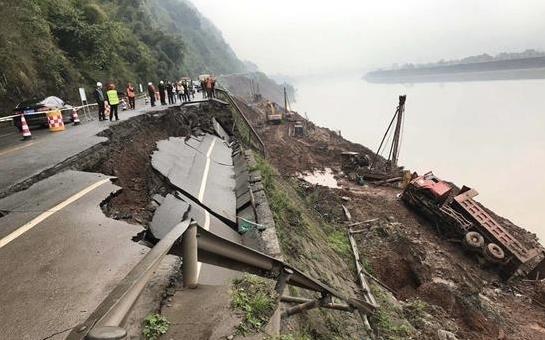 因路基坍塌G351国道雅安段发生一货车侧翻事故
