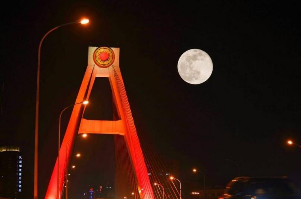 """今年最大、最亮的""""粉红满月""""如约而至"""