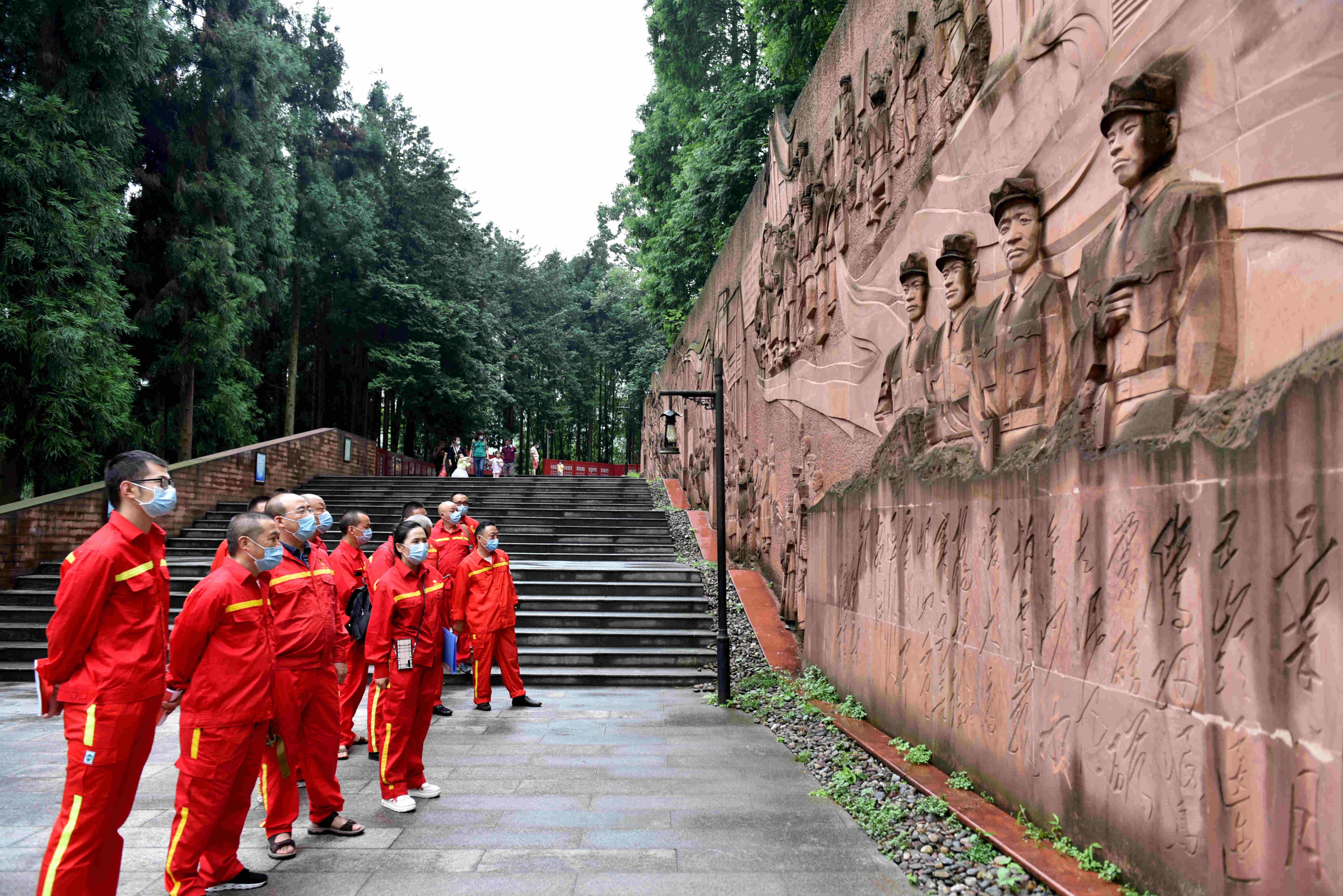 图二:观看红军长征浮雕